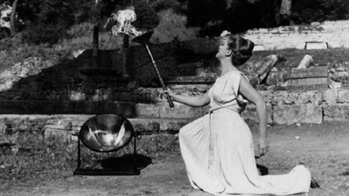 Maria Moscholiou, High Priestess of the Olympic Flame ceremony, dies